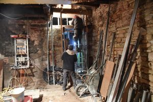 Deux ouvriers en cours de rénovation dans le bâtiment démonstrateur de Cahors