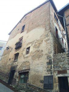 Façade nord-ouest d'un des bâtiments démonstrateurs avant la rénovation dans le cadre du projet Ener'pat, dans la ville de Vitoria-Gasteiz